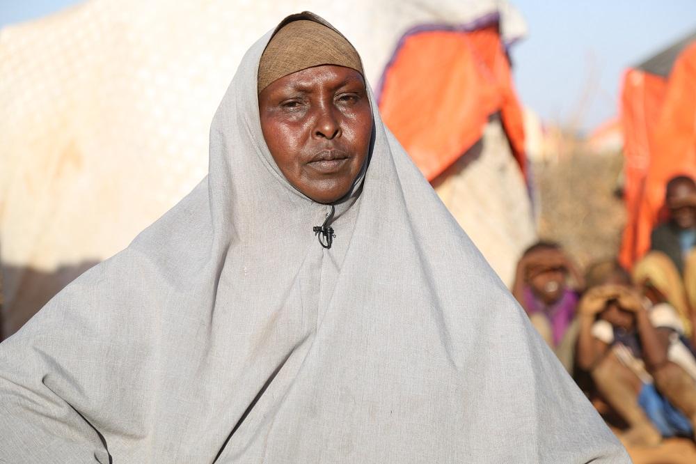 Safia bor i en flyktningeleir for familier som er rammet av tørken, hun forteller at forholden er ille.